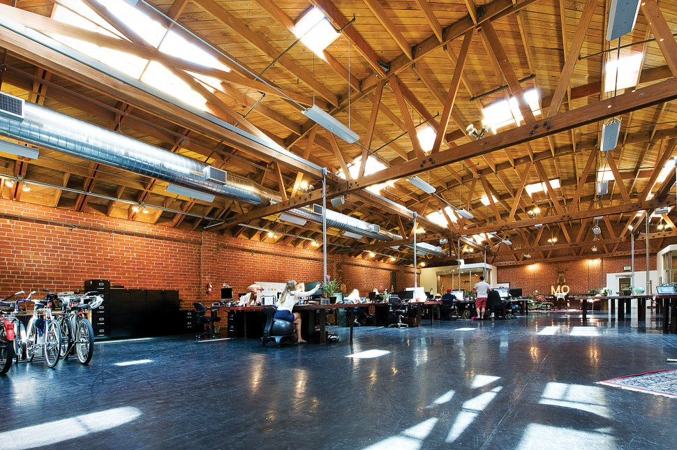 חלל עבודה שהיה פעם מועדון ריקודים. משרדי עמותת Movember בקליפורניה